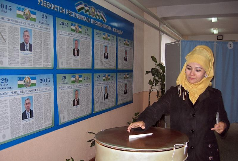 A woman casts her ballot at a polling station in Tashkent, Uzbekistan on March 29, 2015 (AFP Photo/Muhammadsharif Mamatkulov)