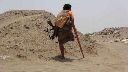 An anti-Houthi fighter of the Southern Popular Resistance with an amputated leg stands at the front line of fighting against Houthi fighters in the Jaawala outskirt of Aden, Yemen June 4, 2015. REUTERS/Stringer