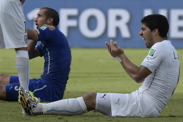 Uruguay's forward Luis Suarez reacts during a Group D football match between Italy and Uruguay at the Dunas Arena in Natal during the 2014 FIFA World Cup on June 24, 2014 (AFP Photo/Daniel Garcia)