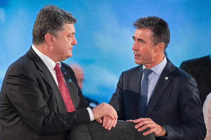 NATO Secretary General Anders Fogh Rasmussen (R) talks with Ukraine's President Petro Poroshenko during a working session on Ukraine on the first day of the NATO 2014 summit at the Celtic Manor Hotel in Newport, South Wales, on September 4, 2014 (AFP Photo/Leon Neal)