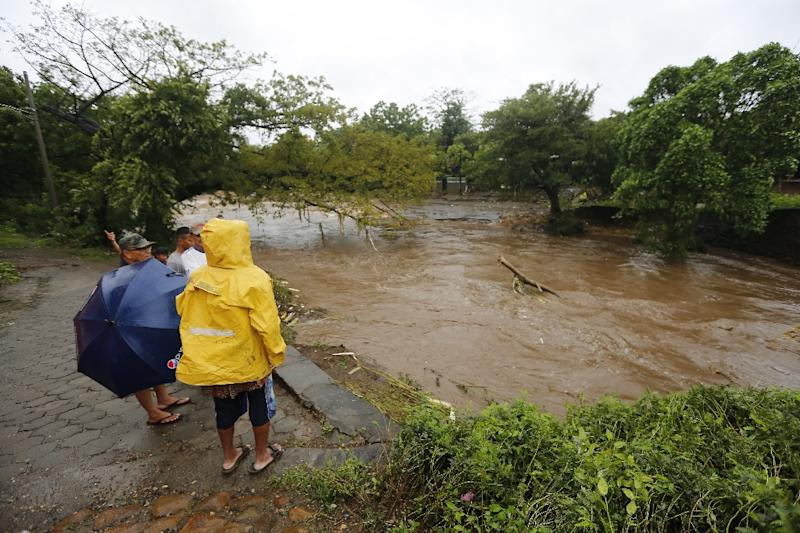 Residents look at the floodings of the Masachapa River following the passage of Tropical Storm Nate in the city of Masachapa, about 60km from the city of Managua on October 5, 2017 (AFP Photo/INTI OCON)