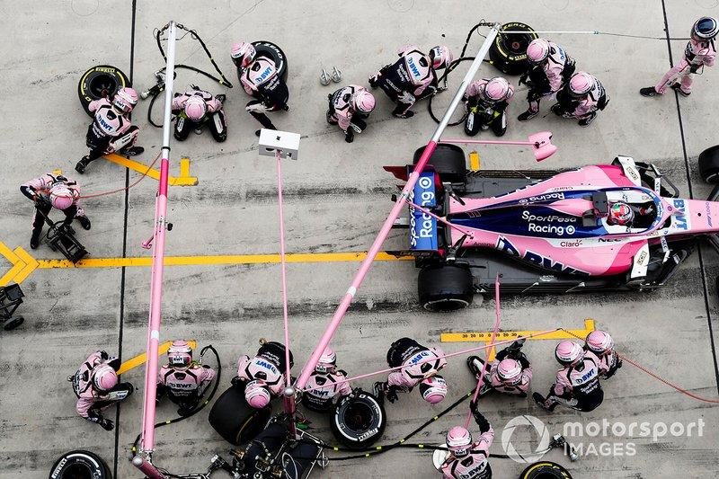 """Sergio Perez, Racing Point RP19, hace un pitstop<span class=""""copyright"""">Steven Tee / Motorsport Images</span>"""