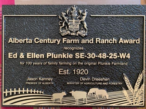 Families who provide historical documentation that their farms have been family-run for a century or longer receive a cast bronze plaque from the province.