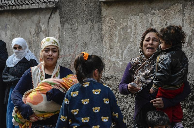Women react after a mortar hit a house during clashes with Turkish police at the Sur district in Diyarbakir, southeastern Turkey, on January 3, 2016 (AFP Photo/Ilyas Akengin)