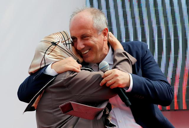 Muharrem Ince, presidential candidate of Turkey's main opposition Republican People's Party (CHP), embraces with his mother Zekiye Ince during an election rally in Istanbul, Turkey June 23, 2018. REUTERS/Osman Orsal TPX IMAGES OF THE DAY