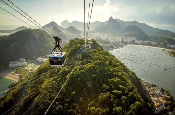 Hop on a cable car to the Sugarloaf mountain (Getty Images/iStockphoto)