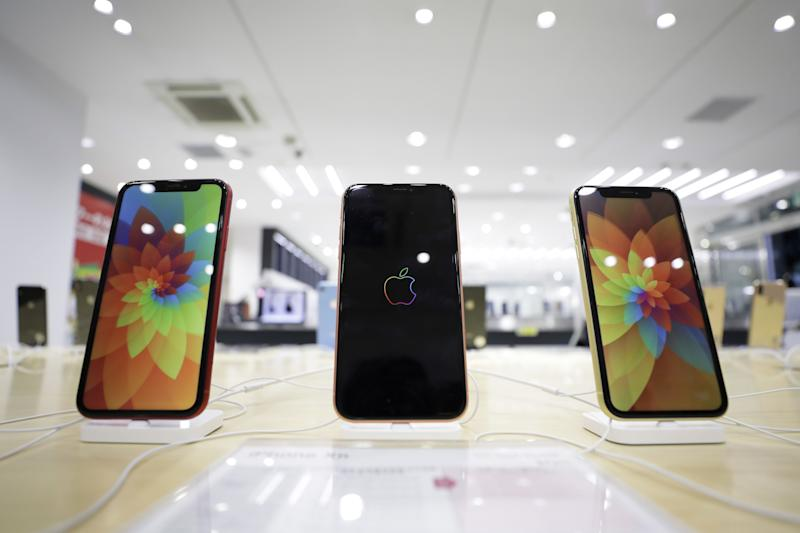 Apple Inc. iPhone XR smartphones sit on display at a SoftBank Group Corp. store in Tokyo, Japan, on Friday, Nov. 2, 2018. Softbank will announce its half-year earnings figures on Nov. 5. Photographer: Kiyoshi Ota/Bloomberg via Getty Images