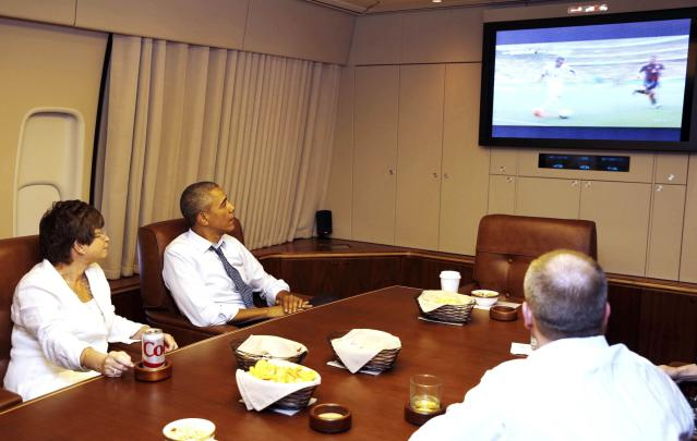 U.S. President Barack Obama and his senior advisor Valerie Jarrett (L) watch first half action of the U.S. and Germany World Cup soccer match while aboard Air Force One on their way to Minnesota, June 26, 2014. REUTERS/Larry Downing (UNITED STATES - Tags: POLITICS SPORT SOCCER WORLD CUP)