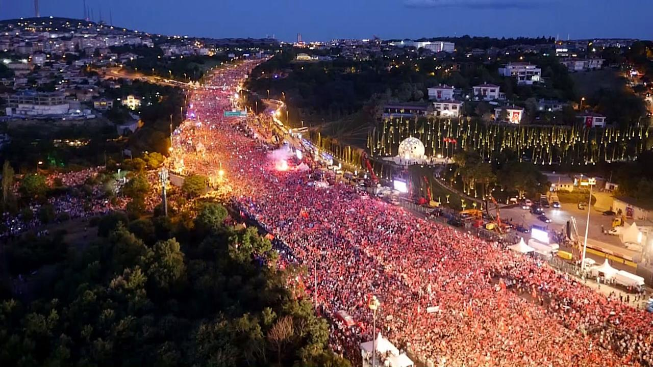 <p>People from varied start points march to 15 July Martyrs Bridge to mark the defeated coup's first anniversary in Istanbul, Turkey on July 15, 2017. (Photo: Stringer/Anadolu Agency/Getty Images) </p>