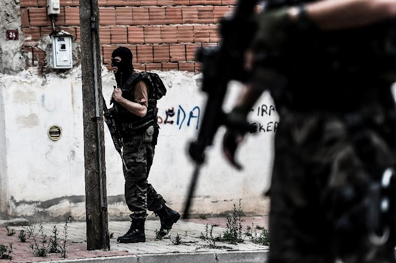 Turkish special police officers patrol in the street after clashes with attackers on August 10, 2015 in Istanbul (AFP Photo/Ozan Kose)