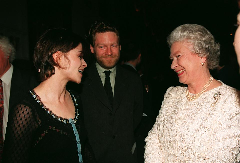 PA NEWS PHOTO 29/4/98 ACTRESS HELENA BONHAM-CARTER, ACTOR KENNETH BRANAGH CHAT TO THE QUEEN AT A RECEPTION FOR THE BRITISH ARTS AT WINDSOR CASTLE (Photo by Fiona Hanson - PA Images/PA Images via Getty Images)