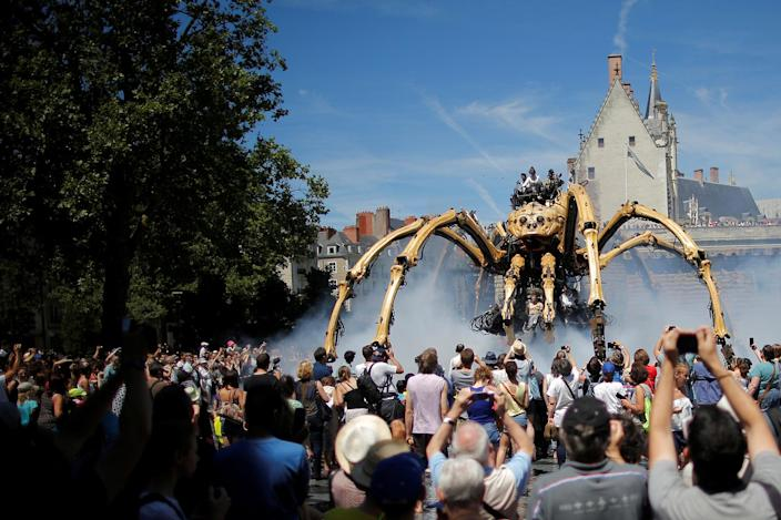 <p>People look at the giant mechanical spider Kumo Ni created by La Machine production company during its presentation in Nantes, France, July 8, 2016. (Photo: Stephane Mahe/REUTERS) </p>