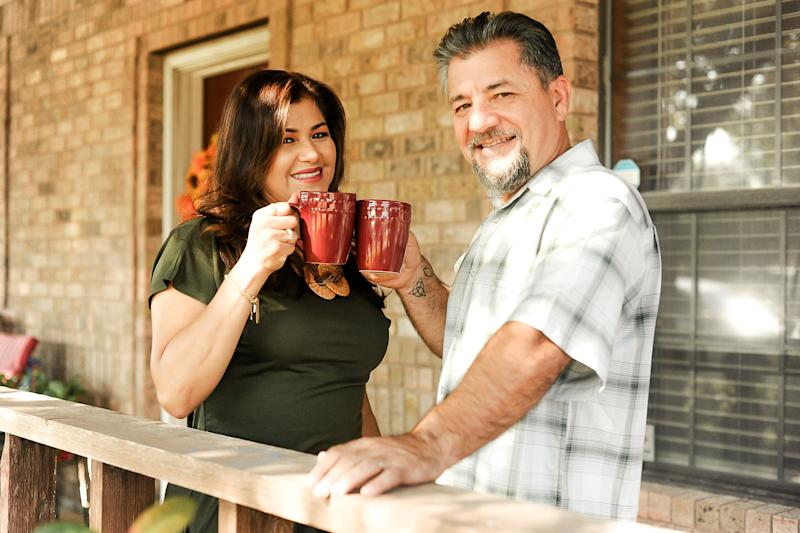 "The couple cheers with coffee mugs outside their home.  (Photo: <a href=""https://www.instagram.com/photographymelyssaanne/"" target=""_blank"">Melyssa Anne Photography </a>)"