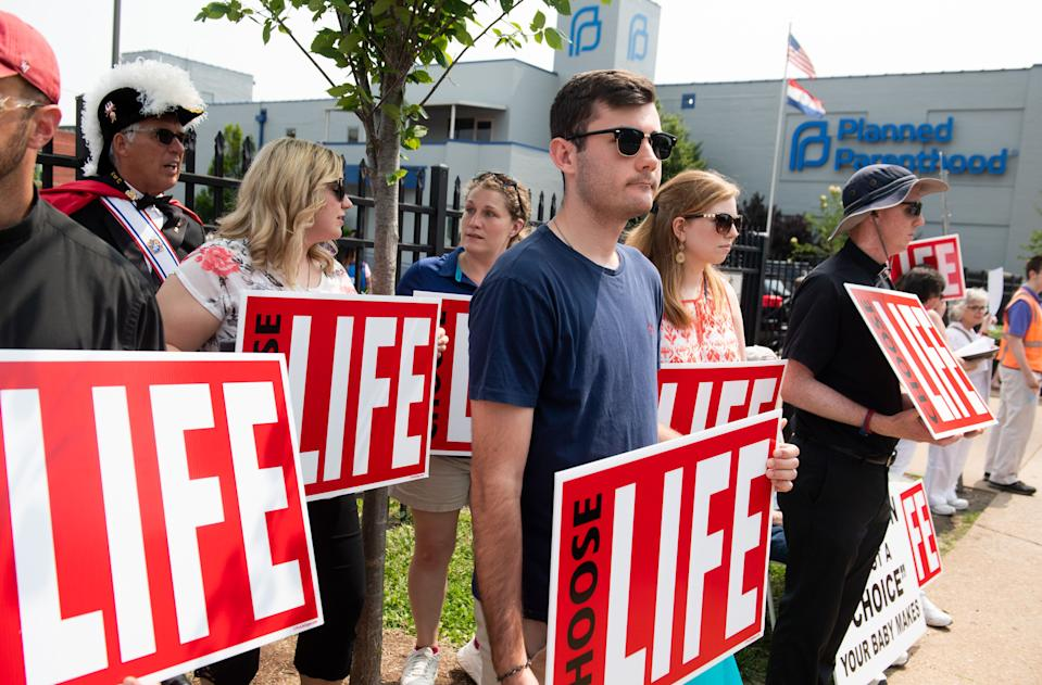 Anti-abortion demonstrators hold a protest outside the Planned Parenthood Reproductive Health Services Center in St. Louis, Missouri, May 31, 2019. (Photo by SAUL LOEB / AFP)