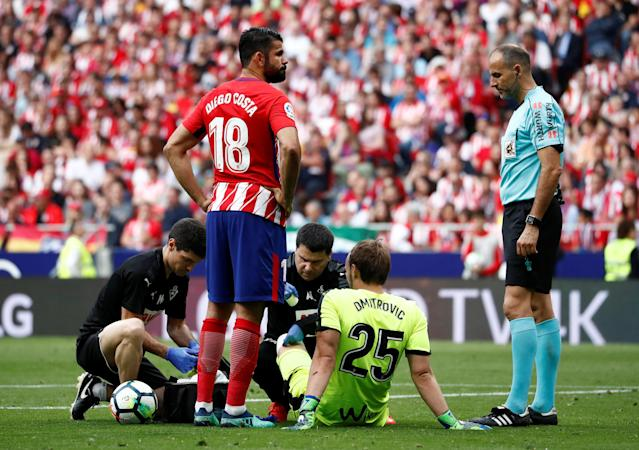 Soccer Football - La Liga Santander - Atletico Madrid vs Eibar - Wanda Metropolitano, Madrid, Spain - May 20, 2018 Eibar's Marko Dmitrovic receives medical attention REUTERS/Juan Medina