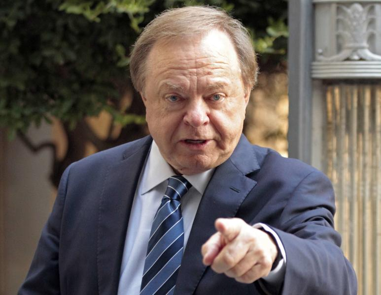 Harold Hamm, founder and CEO of Continental Resources, enters the courthouse for divorce proceedings with wife Sue Ann Hamm in Oklahoma City, Oklahoma September 22, 2014. Picture taken September 22, 2014. To match Exclusive CONTINENTAL-HAMM/HISTORY-ABRIDGED    REUTERS/Steve Sisney   (UNITED STATES - Tags: BUSINESS LAW ENERGY)