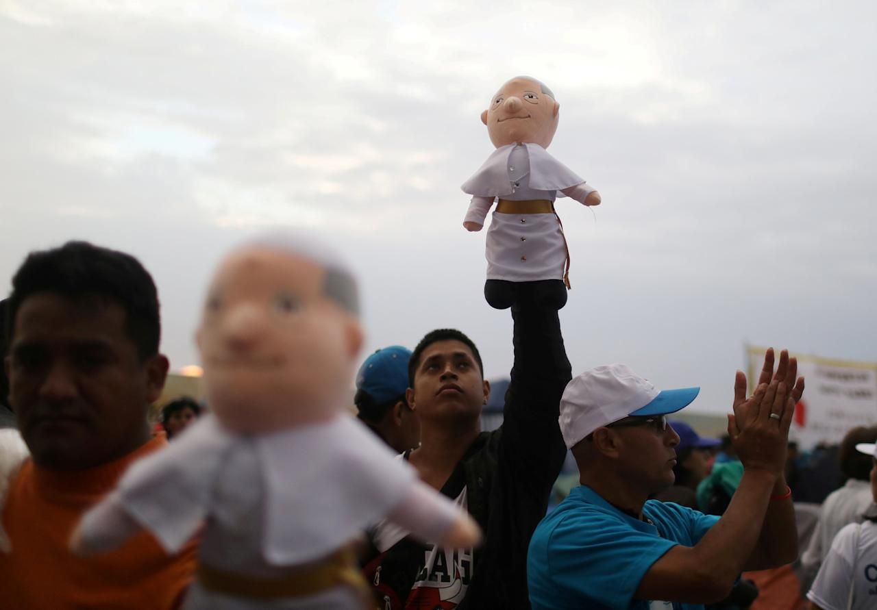 A man sells Pope Francis dolls at Huanchaco beach, where the Pope will hold a mass, in Trujillo, Peru January 19, 2018. REUTERS/Pilar Olivares     TPX IMAGES OF THE DAY