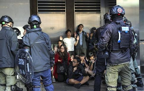 Police make arrests during a protest in Central. Photo: May Tse