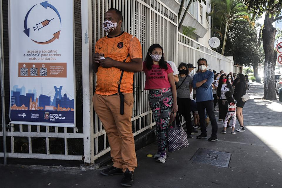 People queue to receive COVID-19 vaccine at Paulista Avenue in Sao Paulo, Brazil on July 25, 2021. Brazil has registered 476 more COVID-19 deaths in the past 24 hours, raising its national death toll to 549,924, the health ministry said on Sunday. Meanwhile, the total caseload rose to 19,688,663 after 18,129 new cases were detected, the ministry said. (Photo by Rahel Patrasso/Xinhua via Getty Images)