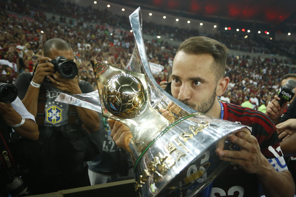 RIO DE JANEIRO, BRAZIL - NOVEMBER 27: Everton Ribeiro of Flamengo kisses the trophy after winning the Brasileirao 2019 after the match against Ceara at Maracana Stadium on November 27, 2019 in Rio de Janeiro, Brazil. (Photo by Wagner Meier/Getty Images)