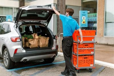Voilà by Sobeys teammate delivers grocery order in designated Sobeys curbside pickup parking spot in New Glasgow, Nova Scotia. (CNW Group/Sobeys Inc.)