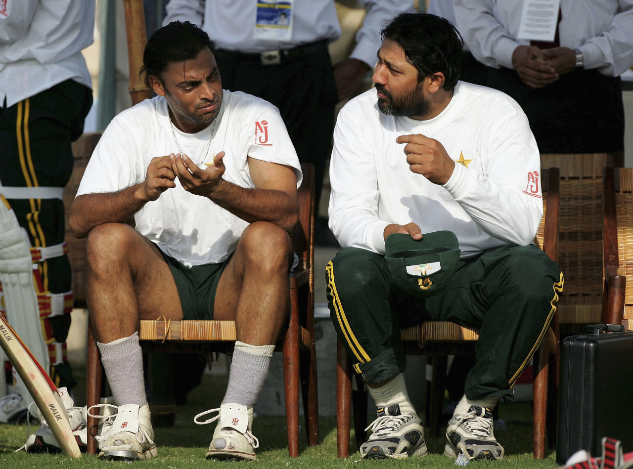 MULTAN, PAKISTAN - NOVEMBER 10: Pakistan captain Inzaman-Ul-Haq (R) chats to bowler Shoaib Akhtar during Pakistan Nets at The Multan Cricket Stadium on November 10, 2005 in Multan, Pakistan. (Photo by Stu Forster/Getty Images)