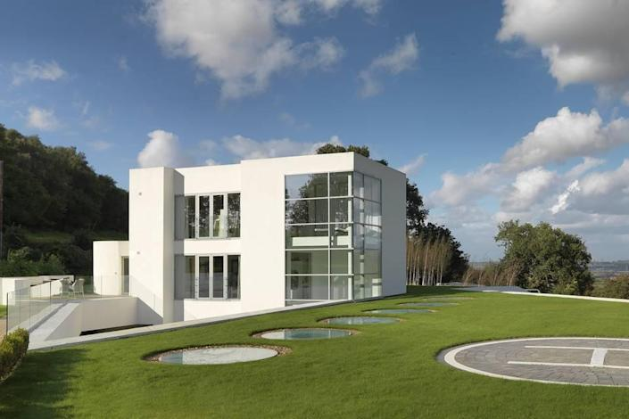 <p>Widnes Vikings rugby team owner Steve O'Connor is asking $7.3 million for his 9-acre estate near Manchester and Liverpool. London is a mere 55-minute helicopter flight from the property. <br></p>