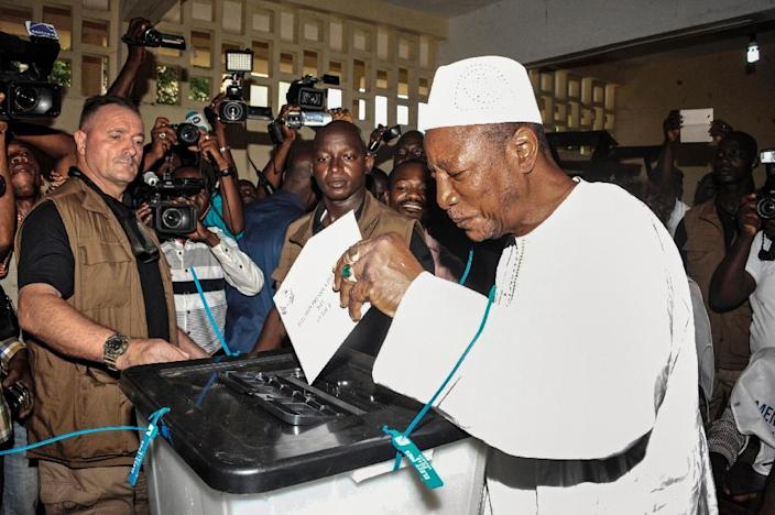 Guinea's President and presidential candidate Alpha Conde casts his ballot at a polling station in Conakry on October 11, 2015 (AFP Photo/Cellou Binani)