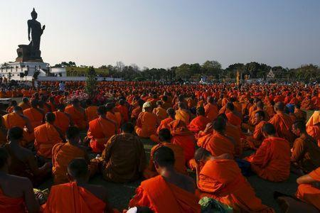 Buddhist monks take part in a protest against state interference in religious affairs at a temple in Nakhon Pathom province on the outskirts of Bangkok, Thailand, February 15, 2016. REUTERS/Athit Perawongmetha
