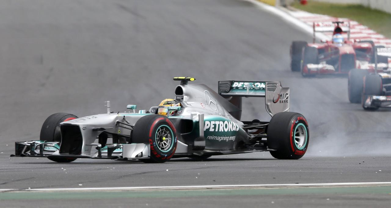 Mercedes Formula One driver Lewis Hamilton of Britain locks up during the Korean F1 Grand Prix at the Korea International Circuit in Yeongam, October 6, 2013. REUTERS/Kim Hong-Ji (SOUTH KOREA - Tags: SPORT MOTORSPORT F1)