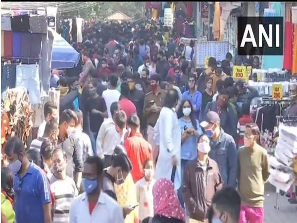 Sarojini Nagar Market gets overcrowded in COVID-19 pandemic (Photo ANI)
