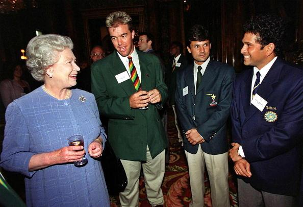 LONDON, UNITED KINGDOM - JUNE 2:  Britain's Queen Elizabeth II talks to (fromL) Zimbabwe's Heath Streak, Pakistan's Moim Khan and India's Sachin Tendulkar, during a reception at London's Buckingham Palace,02 June 1999, for the World Cup cricket teams.  (Photo credit should read FIONA HANSON/AFP/Getty Images)