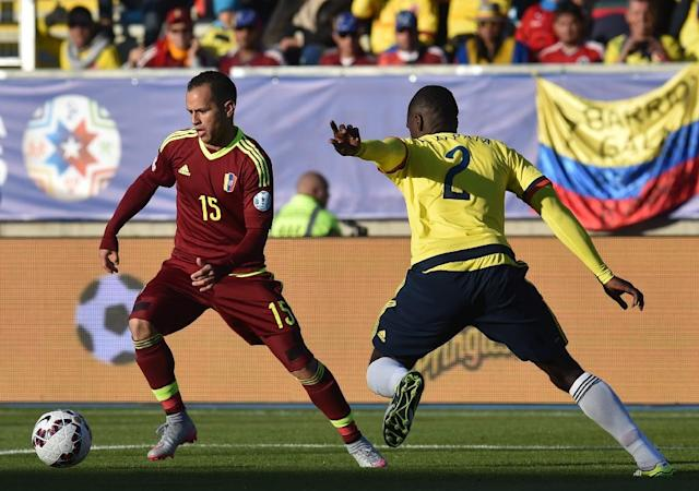 Venezuela's midfielder Alejandro Guerra (L) is marked by Colombia's defender Cristian Zapata during their 2015 Copa America football match in Rancagua, Chile, on June 14, 2015 (AFP Photo/Rodrigo Arangua)