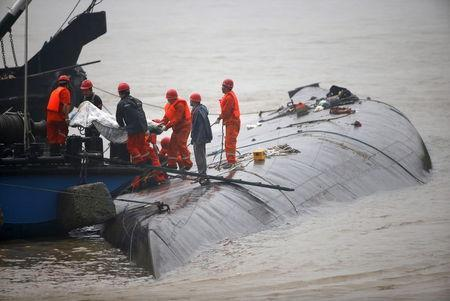 Rescue workers carry a body from a sunken ship in the Jianli section of Yangtze River, Hubei province, China, June 2, 2015. REUTERS/Kim Kyung-Hoon