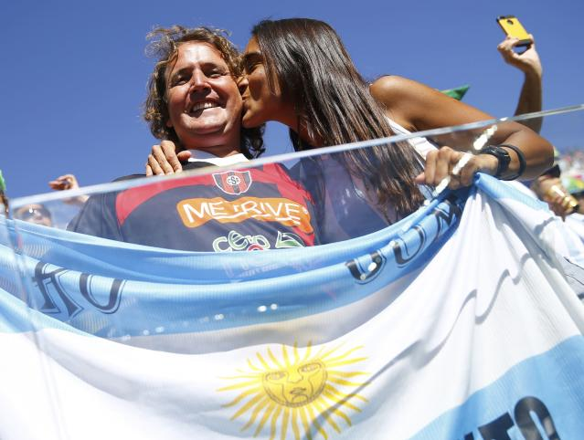 Argentina fans kiss before the 2014 World Cup round of 16 game between Argentina and Switzerland at the Corinthians arena in Sao Paulo July 1, 2014. REUTERS/Kai Pfaffenbach (BRAZIL - Tags: SOCCER SPORT WORLD CUP)
