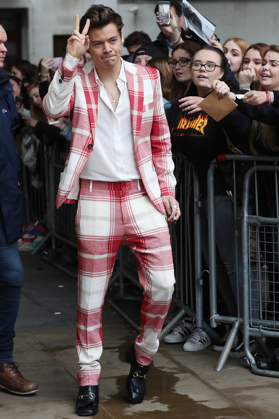<p>We already know he can pull off grandma's couch, but what about her tablecloth? Of course he can! He's Harry, he can wear anything—including my sad desk salad—and make it look high fashun. </p>