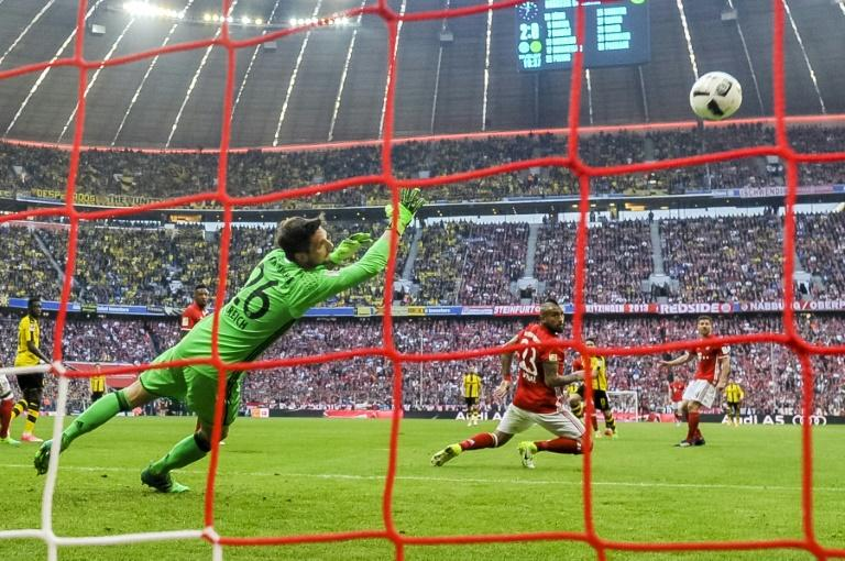Dortmund's Raphael (2nd R) scores the 2-1 goal past Bayern Munich's goalkeeper Sven Ulreich during their match in Munich, southern Germany, on April 8, 2017