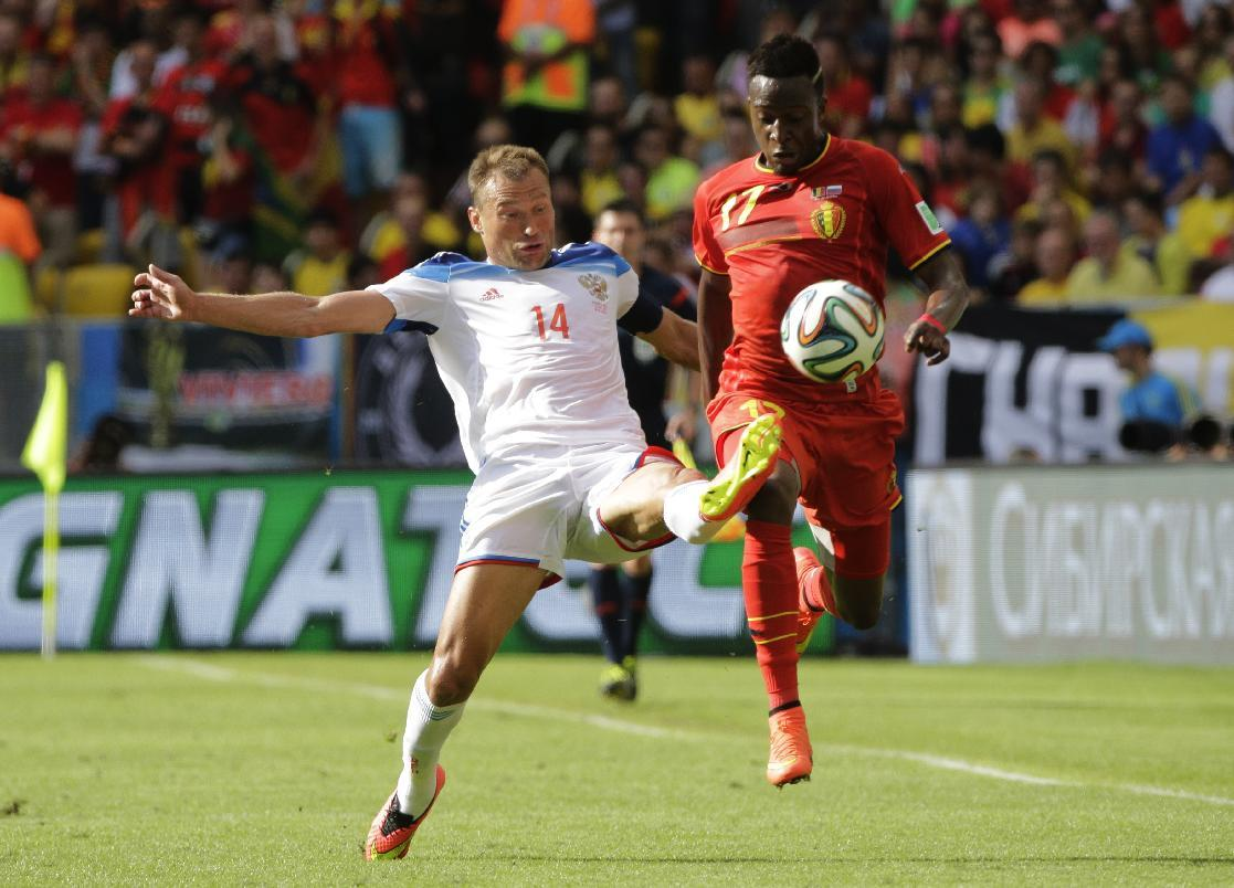 Russia's Vasily Berezutsky, left, challenges Belgium's Divock Origi during the group H World Cup soccer match between Belgium and Russia at the Maracana Stadium in Rio de Janeiro, Brazil, Sunday, June 22, 2014. (AP Photo/Christophe Ena)