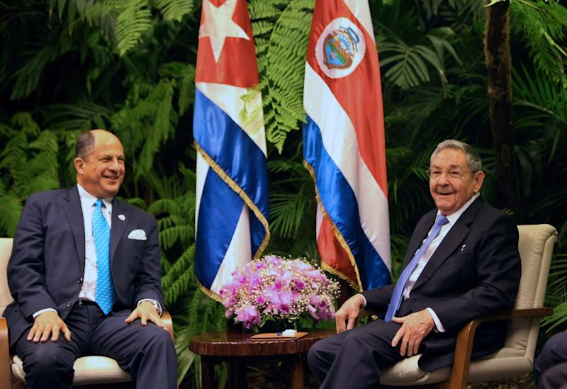 Cuban President Raul Castro (R) meets with his Costa Rican counterpart Luis Guillermo Solis at the Revolution Palace of Havana, on December 15, 2015 (AFP Photo/Ernesto Mastrascusa)