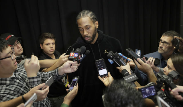 "Reporters in San Antonio surround Spurs star <a class=""link rapid-noclick-resp"" href=""/nba/players/4896/"" data-ylk=""slk:Kawhi Leonard"">Kawhi Leonard</a> on Monday. (AP)"