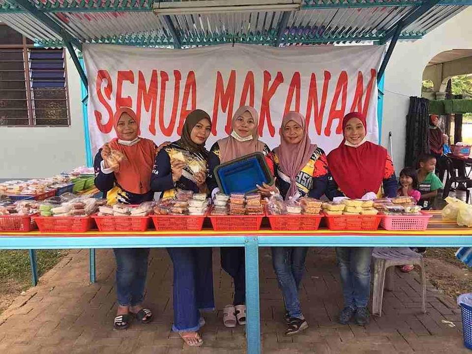Nurul Hidayu ( far right) aims to have 100 menu items available at her stall by next year. — Picture from Facebook/nurulhidayu.angah