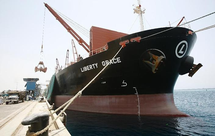 The US vessel Liberty Grace docked at Port Sudan, to deliver 47,500 metric tons of sorghum from USAID on May 26, 2015 (AFP Photo/Ashraf Shazly)