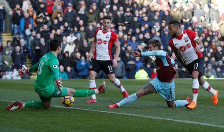 Soccer Football - Premier League - Burnley vs Southampton - Turf Moor, Burnley, Britain - February 24, 2018 Burnley's Jeff Hendrick in action with Southampton's Ryan Bertrand and Alex McCarthy REUTERS/Andrew Yates