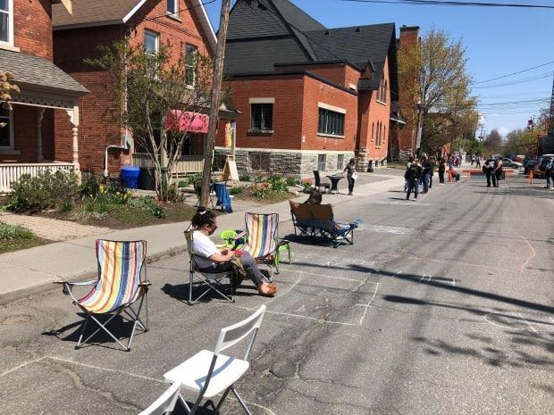 A street in the Glebe is blocked off on April 24, 2021, for an outdoor COVID-19 vaccination clinic. Ottawa public health officials reported 146 new cases Saturday, the lowest one-day total since early April. (Ismaël Sy/Radio-Canada - image credit)