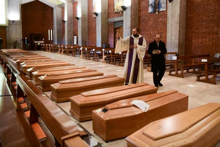 Italy recorded nearly 900 deaths Saturday