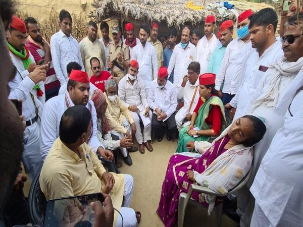 Samajwadi Party deligation meets the family of Hathras victim (Photo/SP Twitter)