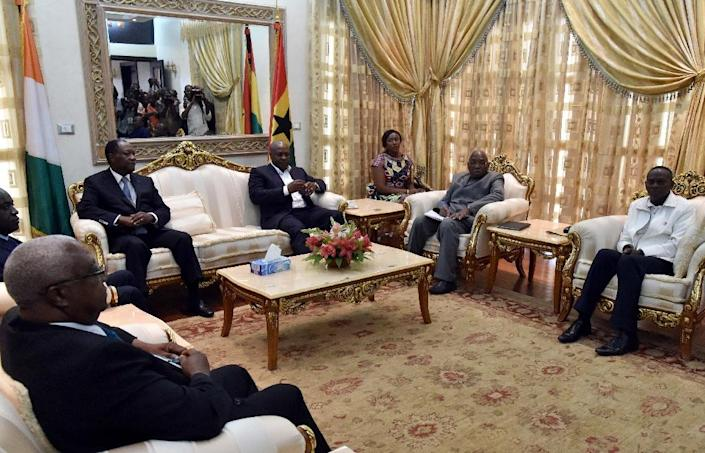 Ghanian President and ECOWAS Chairmen John Dramani Mahama (3rd R) and Ivory Coast President Alassane Ouattara (3rd-L) confer during a meeting with the Togolese Electoral Commission (CENI), at the presidential palace in Lome, on April 28, 2015 (AFP Photo/Issouf Sanogo)