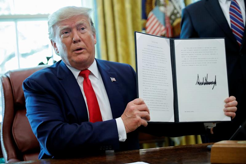 U.S. President Donald Trump displays an executive order imposing fresh sanctions on Iran in the Oval Office of the White House in Washington, U.S., June 24, 2019. REUTERS/Carlos Barria
