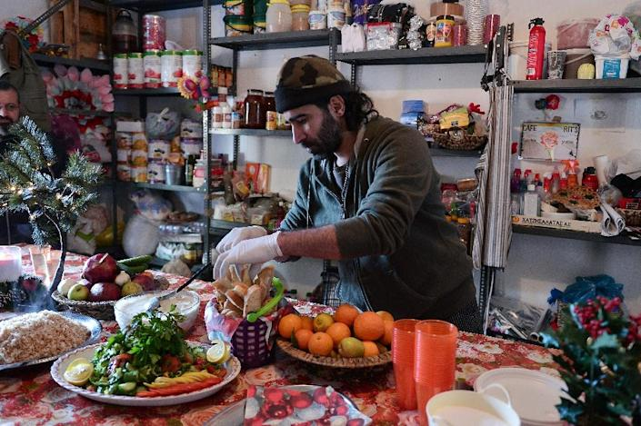 Chef Talal Rankoussi prepares meal at the 'Cafe Rits' in Ritsona refugee camp, some 80 km north of Athens (AFP Photo/Louisa GOULIAMAKI)