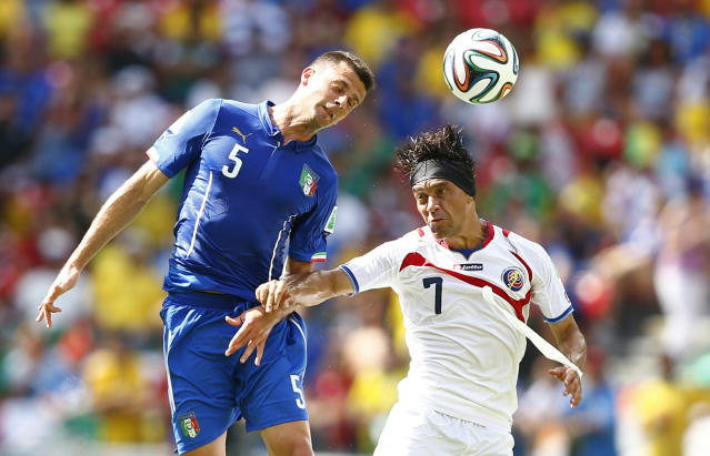 Italy's Thiago Motta (L) fights for the ball with Costa Rica's Christian Bolanos during their 2014 World Cup Group D soccer match at the Pernambuco arena in Recife June 20, 2014. REUTERS/Dominic Ebenbichler (BRAZIL - Tags: SOCCER SPORT WORLD CUP)